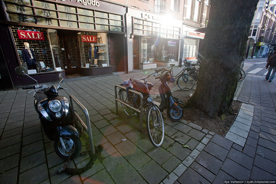 22) Скутеры и мотороллеры чувствуют себя очень одиноко. На 100 велосипедов только один с моторчиком