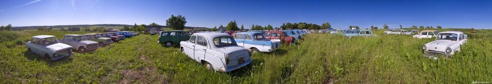 21) Справа в ряд стоят «Москвичи-408» 64—75 годов выпуска. Во второй половине 1960-х автомобиль достаточно широко экспортировали под названием «Москвич-Элита». Автомобиль одним из первых в СССР тщательно прорабатывали с точки зрения пассивной безопасности, и он стал первым советским автомобилем, который на полигоне НАМИ подвергли лобовому удару — крэш-тесту.