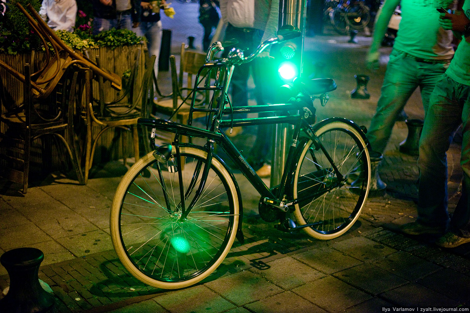 23) Это специальный велосветофор.