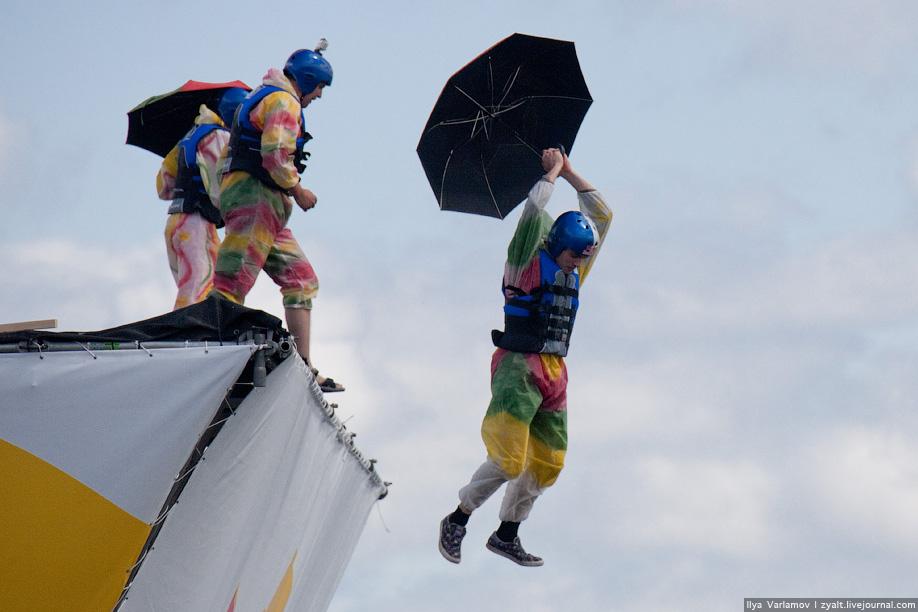 23) После того как пилот отправлялся плавать в холодные воды Москва-реки команда прыгала за ним.