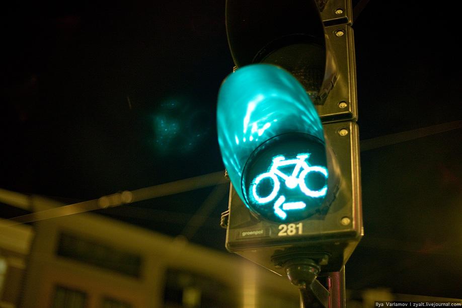 24) Это специальный велосветофор.
