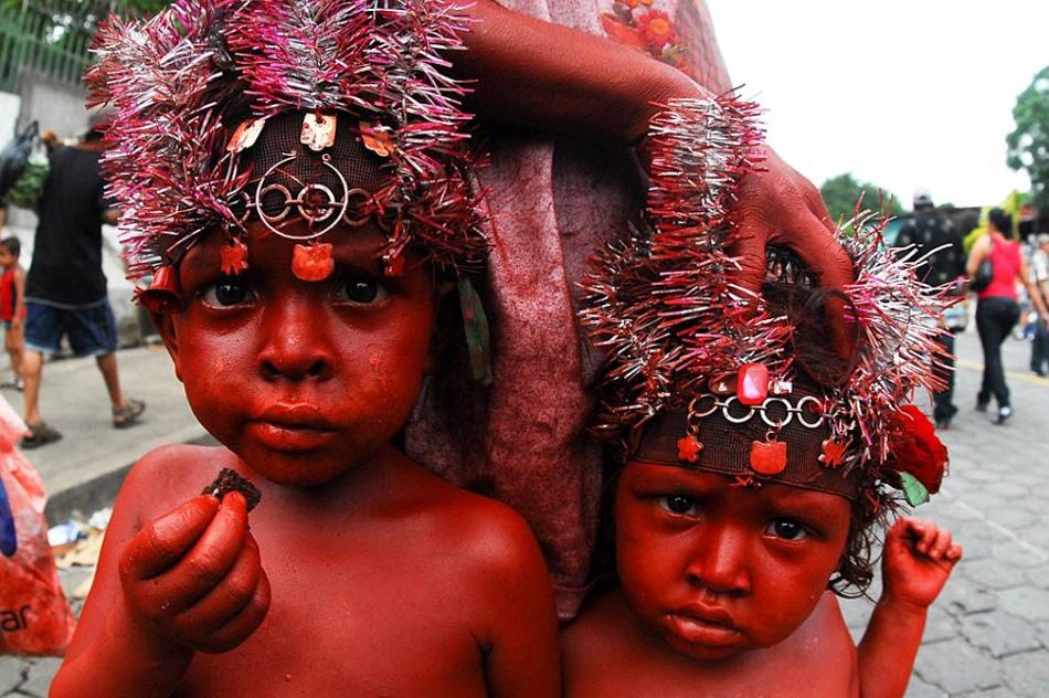25. Два мальчика раскрашенные красной краской во время празднования Санта Доминго де Гузман 10 августа в Манагуа, Никарагуа. (Jorge S. Cabrera A, LatinContent/Getty Images)