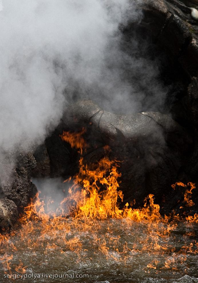 28) А уже почти перед причалом из огнедышащей пещеры выливается лава, и вода вокруг загорается.