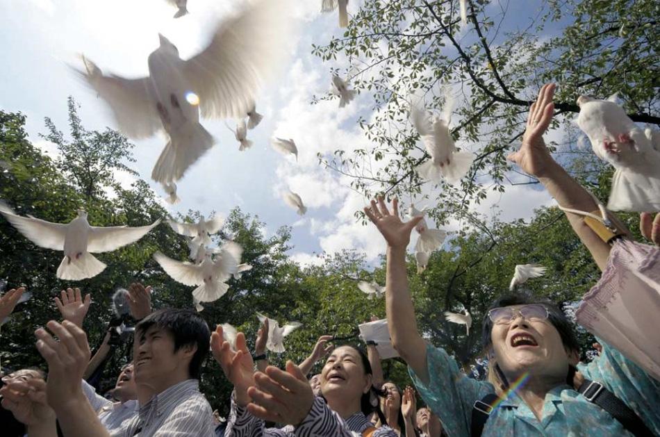 2. Родственники погибших на войне солдат выпускают белых голубей в честь годовщины окончания Второй мировой воны в храме Ясукуни в Токио 15 августа. (Toshifumi Kitamura, AFP/Getty Images)