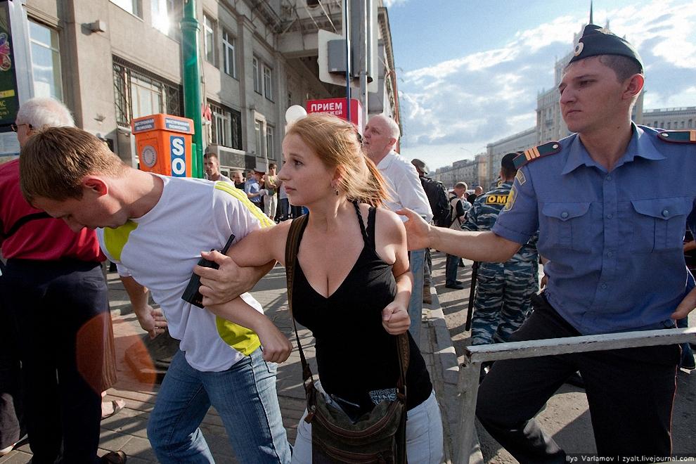 30) Обратите внимание на левого сотрудника, тяжело ему тащить девочку ;)