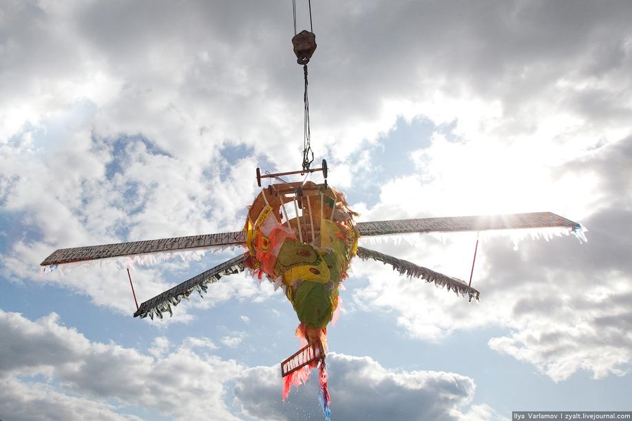 28) После приземления ребят на берег отвозили спасатели, а остатки летательных конструкций вынимал кран.