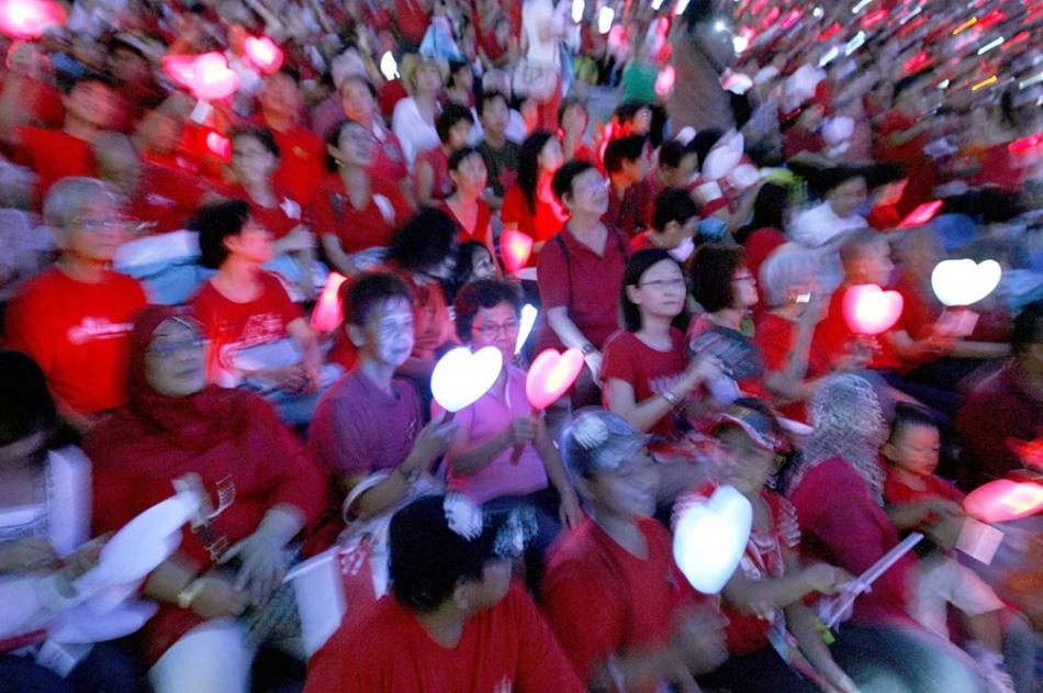 30. Зрители держат фонарики в форме сердец во время празднования 44 годовщины Дня Независимости Сингапура 9 августа. (Wong Maye-E, AP)