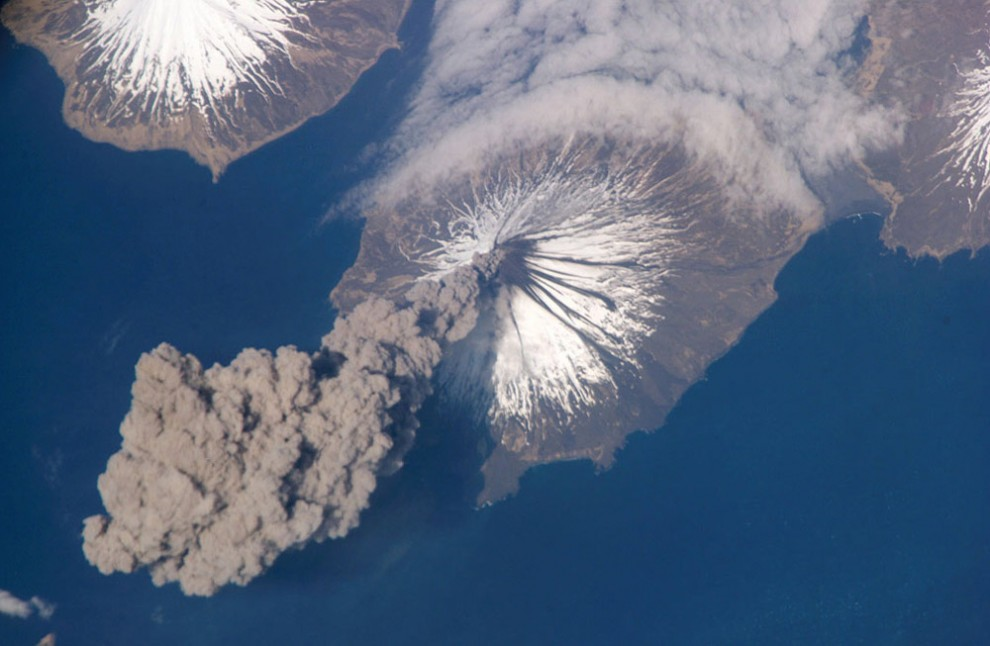 3. На поверхности Земли около 540 известных человечеству вулканов. Ученые не знают, сколько еще находится под водами морей и океанов. В данный момент на планете извергаются около 20 вулканов. Наверху: Вулкан Кливленд на Аляске извергает столп пепла 23 мая 2006 года. (NASA).