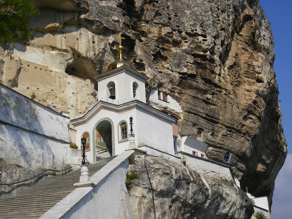 3) Дорога из Бахчисарая к Чуфут-Кале лежит через Успенский пещерный монастырь. Он сам по себе настолько интересен, что заслуживает отдельного обозрения.