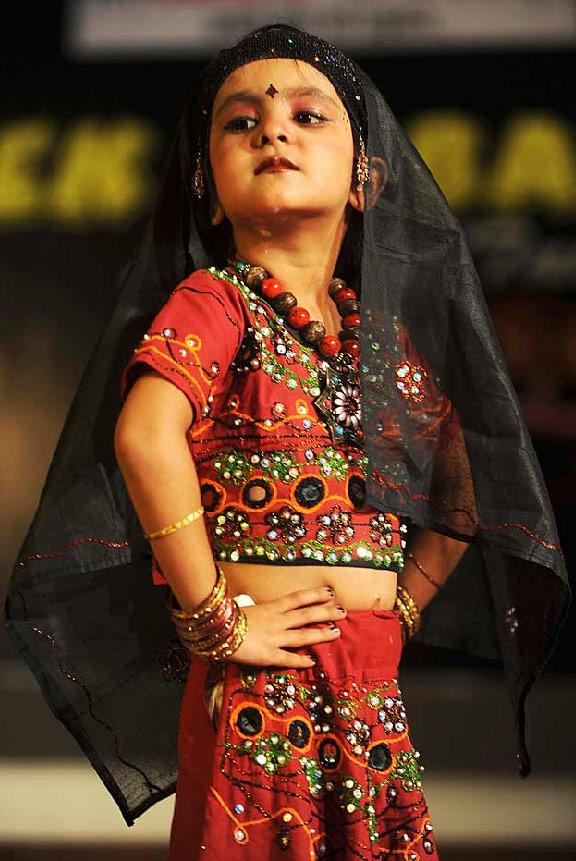 32. Девочка участвует в детском конкурсе талантов в Амритсаре, Индия, 16 июля. (Narinder Nanu/AFP /Getty Images)