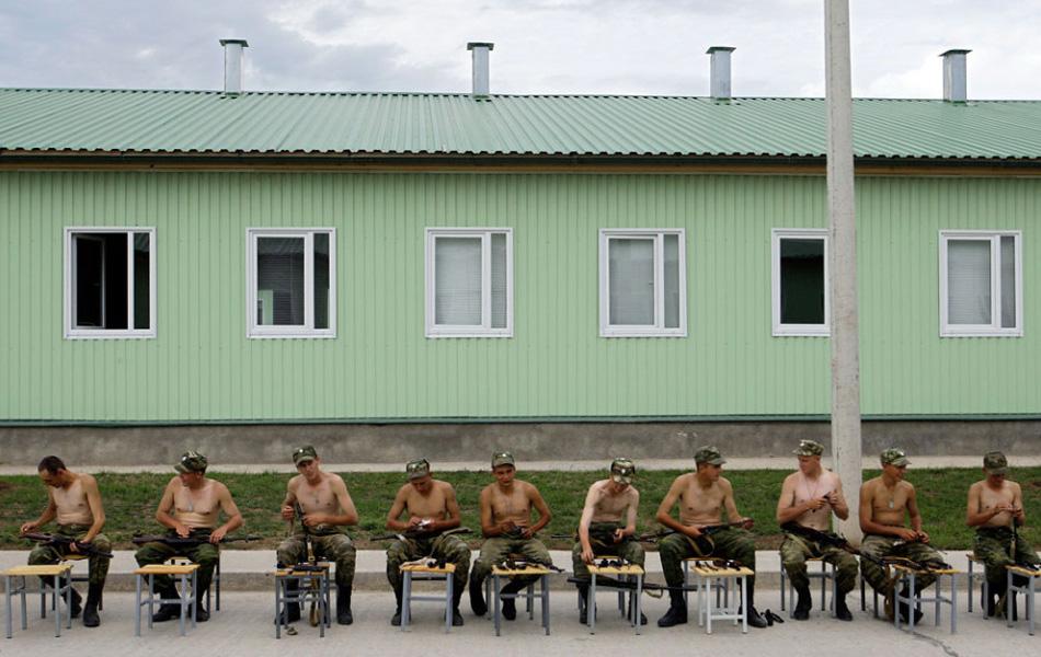 32. Русские солдаты чистят винтовки на военной базе Цхинвала, Южная Осетия, Грузия, 7 августа. Сепаратистский грузинский регион отмечает годовщину Грузинского вторжения, которое вылилось в короткую войну между Россией и Грузией в августе 2008 года. (Sergey Ponomarev, AP)