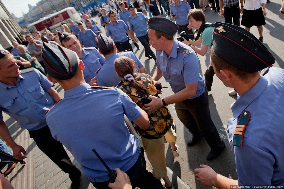 32) К концу праздника количество синих рубашек сильно превосходило журналистов и несогласных.