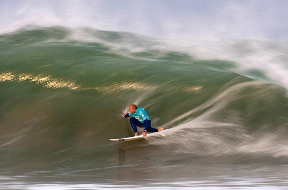 16) Мик Кэмпбелл из Австралии плывет под волной вечером во время второго раунда конкурса « Billabong Pro» 14 июля 2009 года в Джефрис Бэй, Южная Африка. (Kelly Cestari, ASP/Getty Images)