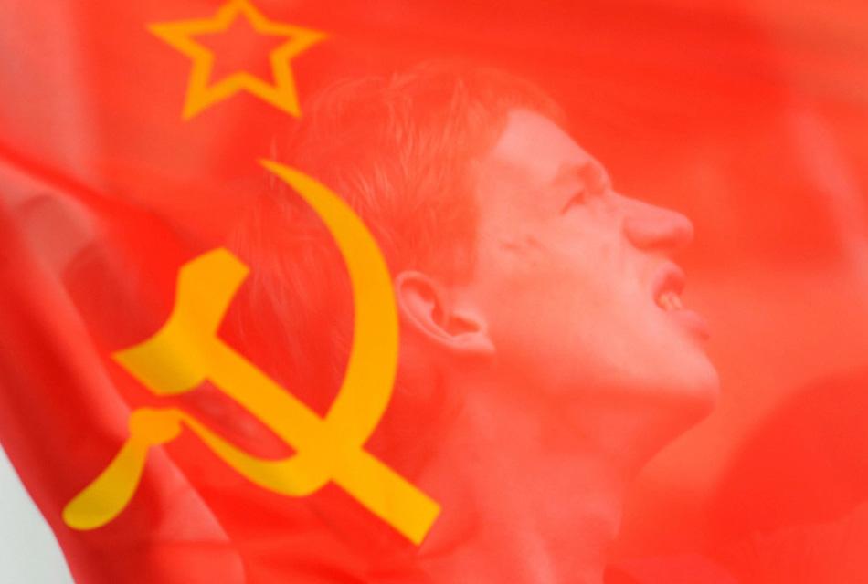 33. Лицо протестанта за советским флагом во время демонстрации перед американским посольством в Москве 7 августа. (Alexander Nemenov, AFP/Getty Images)