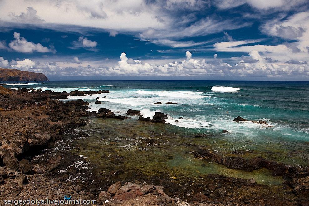32) Удивительное дело. Океан смотрится абсолютно спокойным, но когда волны наскакивают на базальтовые скалы они поднимаются и шумно разбиваются о берег.