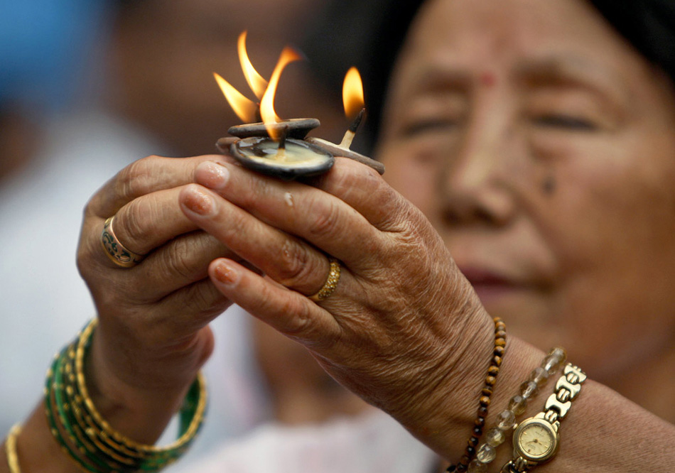 3. Индуистка во время фестиваля Кришна Аштами в храме Господа Кришны в Патане, Непал, 13 августа. Кришна Аштами символизирует рождение Кришны, одного из 10 воплощений индуистского господа Вишну. (Gemunu Amarasinghe, AP)