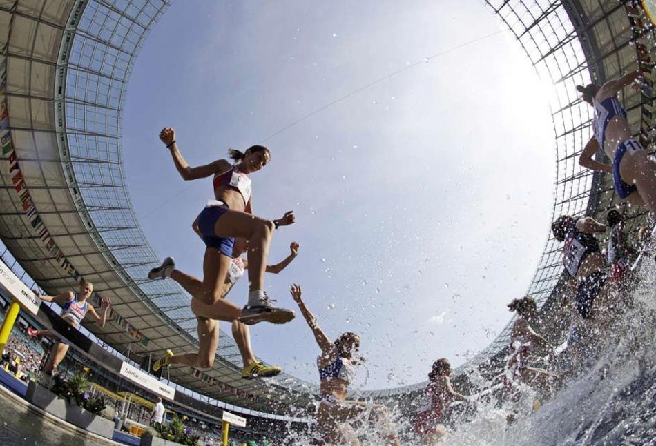 3. Участницы бега с препятствиями на 3000 метров во время Чемпионата мира по легкой атлетике в Берлине 12 августа. (David J. Phillip, AP)