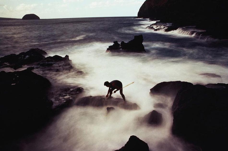 3. С момента присоединения Гавай к США миллионы курортников посетили это прекрасное место, чтобы насладиться красотой и культурой Гавайев. Безмятежные пейзажи, вдохновляющие пляжи – все это великолепие, которое оставляет глубокое впечатление в душах посетителей. На этом снимке рыбак ловит рыбу вдоль скалистого берега в Молокаи.