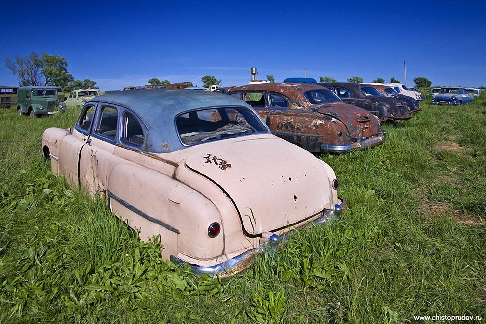 30) «ГАЗ-12» или «ЗиМ-12» — советский шести-семиместный легковой автомобиль большого класса с кузовом «шестиоконный длиннобазный седан». Производился c 50 по 60 года. «ЗиМ» — первая представительская модель Горьковского автозавода. Автомобиль предназначался в основном для государственных и партийных чиновников. Частных машин было очень мало, хотя их свободно продавали, но цена приблизительно в 36000 рублей была для подавляющего большинства граждан СССР огромна.