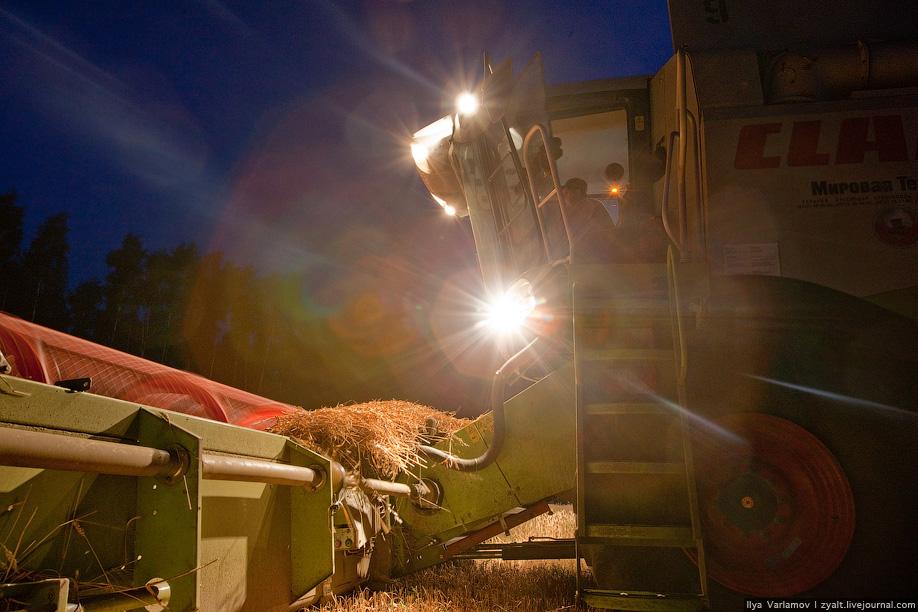 26) Бункер для сбора зерна и кабину разделяет стеклянная перегородка, водитель может наблюдать как идет заполнение.