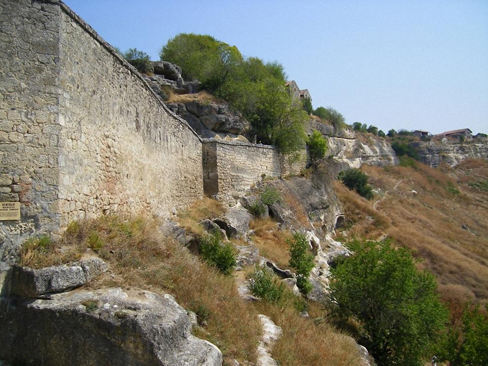Единственное понижение плато на юге было огорожено стеной и имело ворота. Пробив ворота противник попадал в каменный мешок ограниченный узким коридором и вторыми воротами, где его сверху и отоваривали защищающиеся.