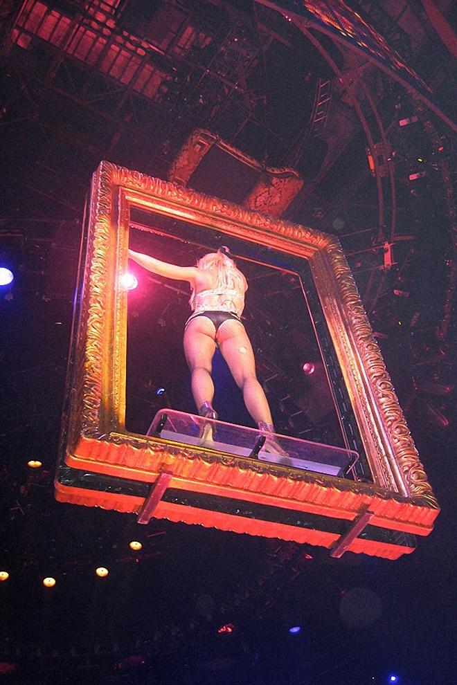 Ровно в 10 вечера все закончилось. Из двух часов шоу Бритни была на сцене чуть больше одного часа.