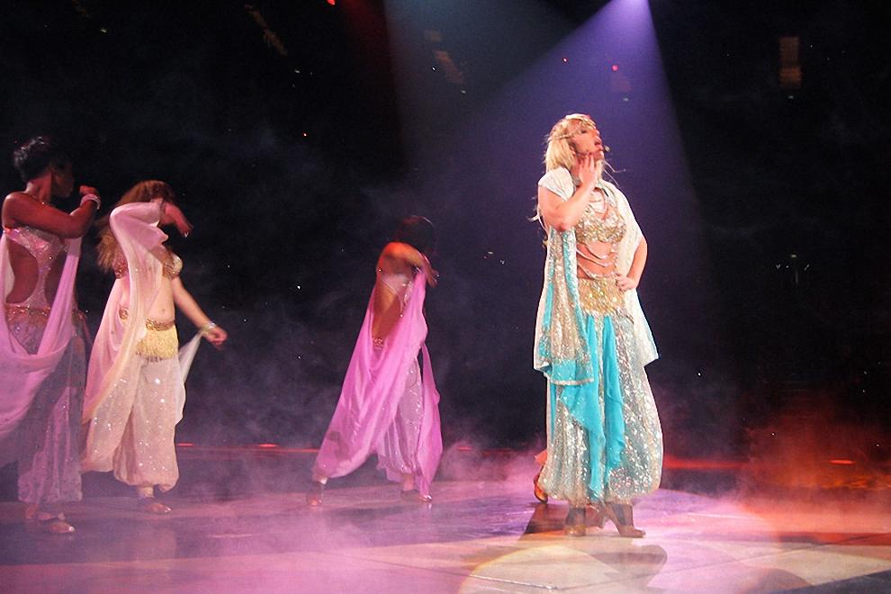 Бритни появлялась не так уж и часто, как ожидала публика. Пока ее не было, на экране шли видеоклипы, выступали танцоры.