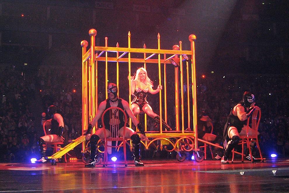 Про первую часть концерта, который в итоге продлился два с половиной часа, можно сказать, что так выглядел бы цирк Карабаса Барабаса, если бы тот был женщиной. Все выступление держалось на трех китах: садо-мазохистский цирк, шоу фриков, много-много секса (и тут Мадонна, с которой пытаются сравнивать Бритни Спирс, гораздо убедительнее, ей веришь сразу и безоговорочно).
