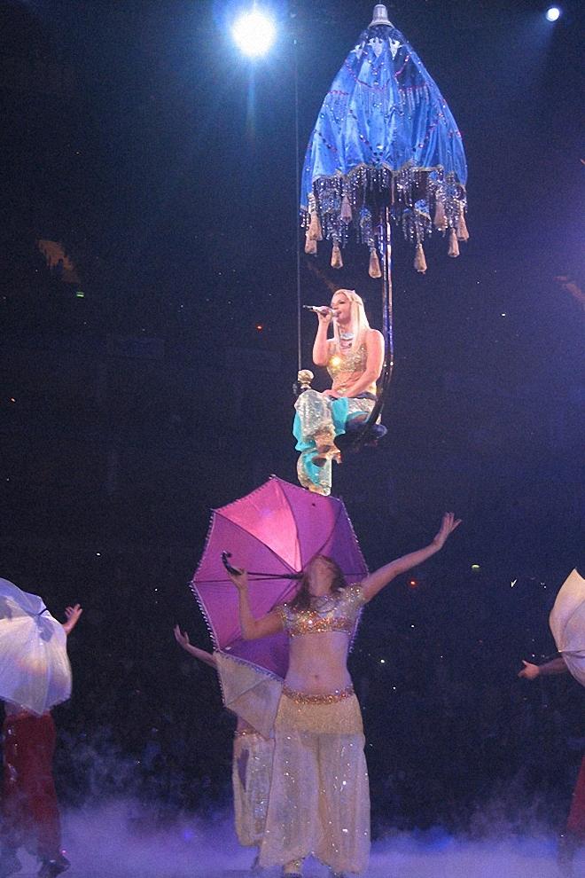 2) Выступление началось где-то в половине восьмого: Бритни Спирс оказалась вполне пунктуальной. Под грандиозное шоу была задействована половина зала, все три яруса. В центре смонтирована огромная сцена, состоящая из трех круглых арен, под ними - несколько люков, из которых как чертики из табакерки на протяжении всего вечера эффектно выскакивали артисты.