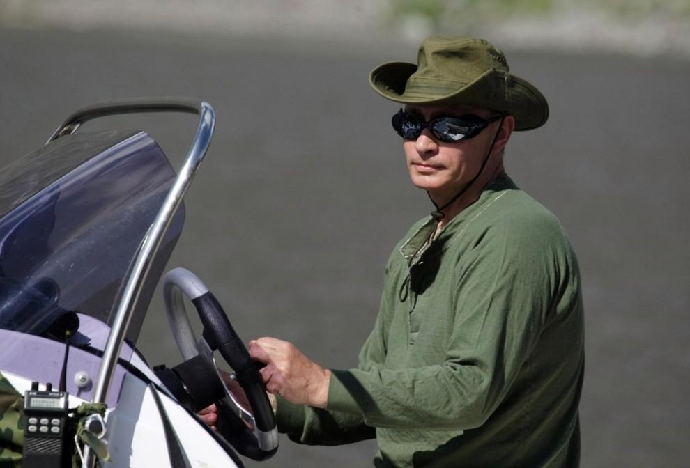 Премьер-министр России Владимир Путин стоит у руля моторной лодки 3 августа 2009 года. (REUTERS/RIA Novosti/Pool/Alexei Druzhinin)