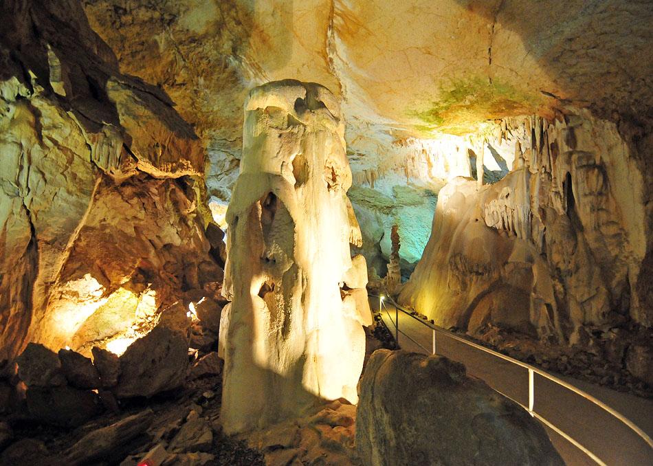 Начинается экскурсия с Галереи сказок. Здесь собраны сталактиты, сталагмиты, каменные образования причудливой формы.