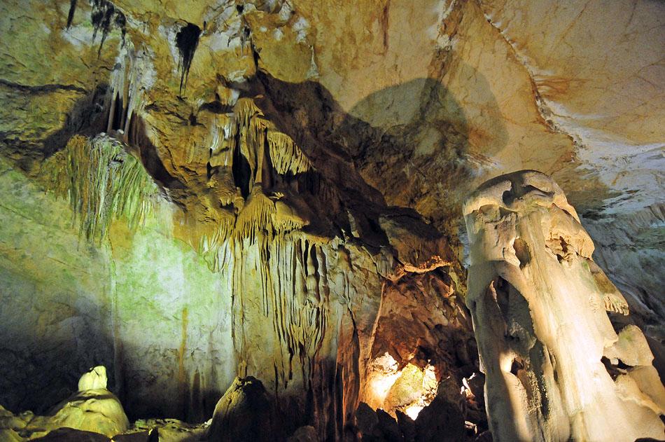 В спелеокомплекс «Мраморная пещера» входят оборудованная для посещения великолепная пещера Эмине-Баир-Хосар и необорудованные легендрные пещеры Тысячеголовая, Холодная, Трехглазка.