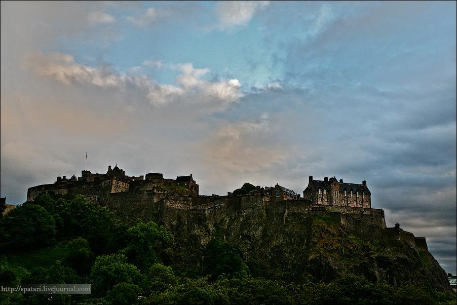 29) Главная достопричемечательность Эдинбурга, а может и всей Шотландии - Эдинбургский замок. Он настолько древний, что никто не может толком сказать, когда же он был основан. В разных источниках указаны даты от 900 г. до н. э. до 600 г. н. э. В этом же замке хранится Скунский камень или Камень Судьбы. Советую почитать историю этого камня, очень забавно, как англичане и шотландцы его друг у друга таскали на протяжении нескольких веков вплоть до 1996 года.