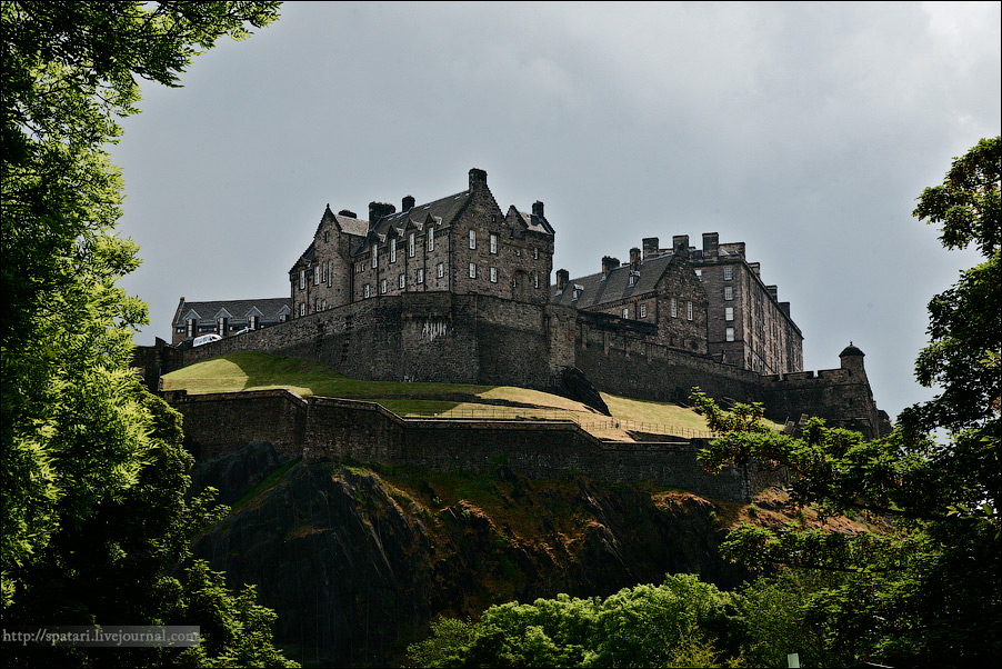19) По одной из версий название города Эдинбург происходит от названия крепости Din Eidyn, построенной на вершине скалы в 630 г. Крепость со временем стала знаменитым Эдинбургским Замком - королевской резиденцией с XI века, национальным символом Шотландии.