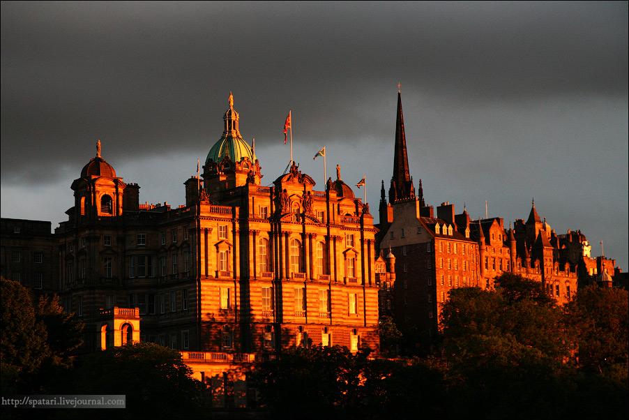12) Основные районы Эдинбурга  - это Старый город и Новый город. В городе множество мелких магазинчиков, торгующих сувенирами для туристов. Также Эдинбург насыщен кафе и ресторанами, многие из них оформлены в стиле Викторианской эпохи.