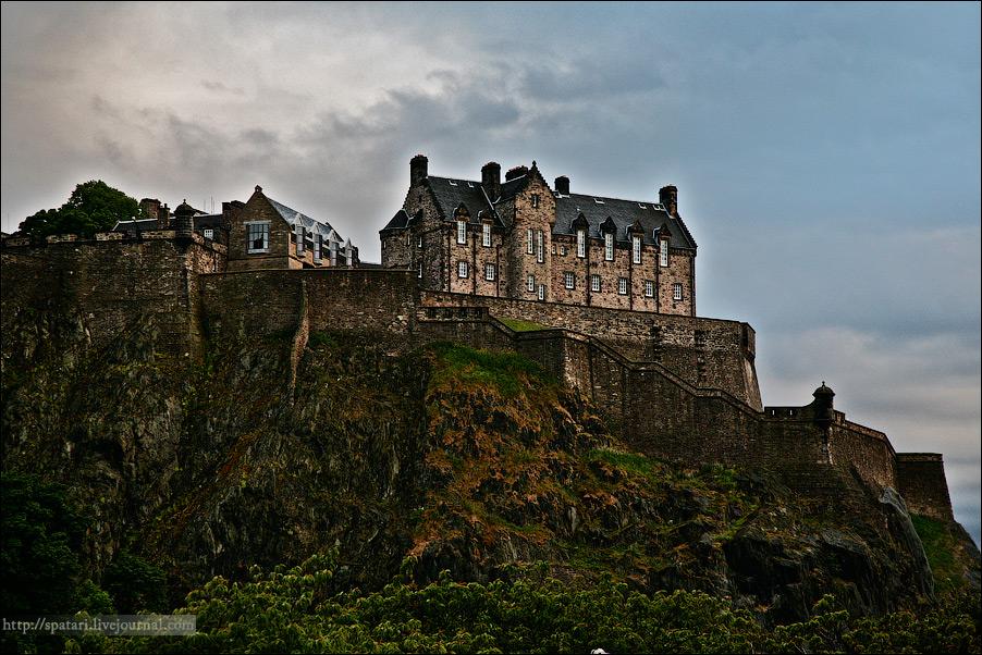 11) Неизгладимое впечатление оставляет Эдинбургский замок, возвышающийся на 133-метровой скале (остаток давно потухшего вулкана). Согласно историческим свидетельствам, замок существует с XI века, но первые строения на этом месте появились почти 1400 лет назад.