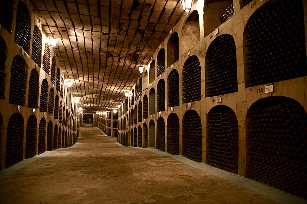 4) В коллекции Милешть Мичь содержится около 2 миллионов бутылок.