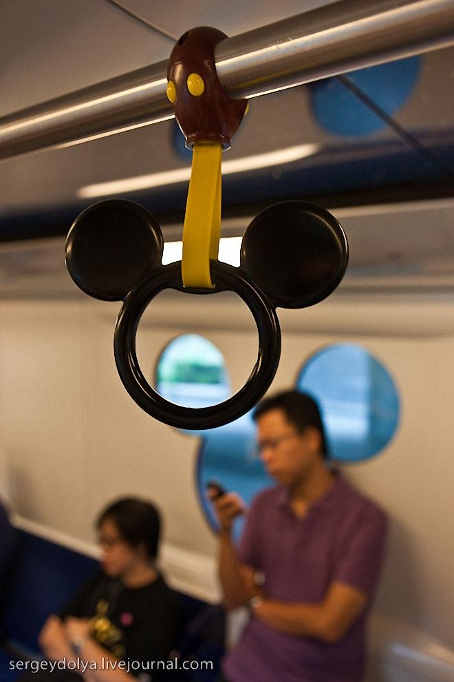 4) Даже ручки в метро в форме Микки-Мауса.