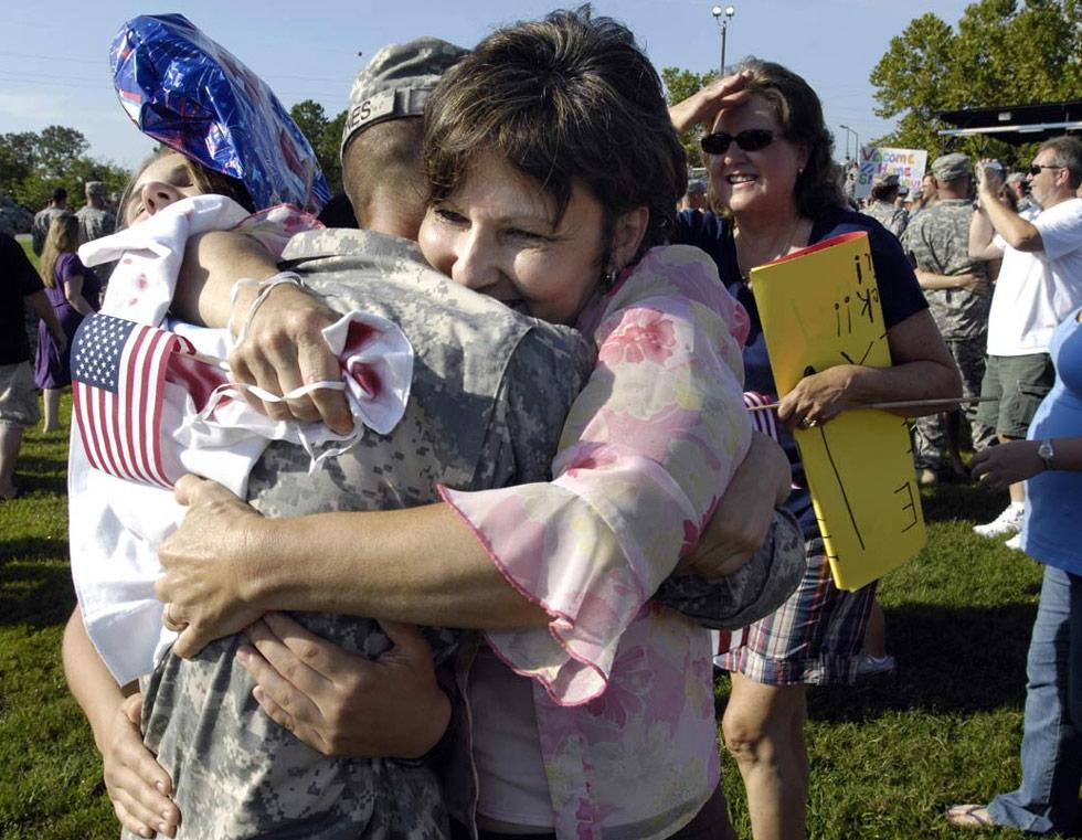 41. Джорджия Джонс обнимает сына – солдата американской армии Кирка Джонса, во время церемонии, посвященной встрече более 130 солдат в Форт Стюарт, штат Джорджия 12 июля. (Stephen Morton/Getty Images)