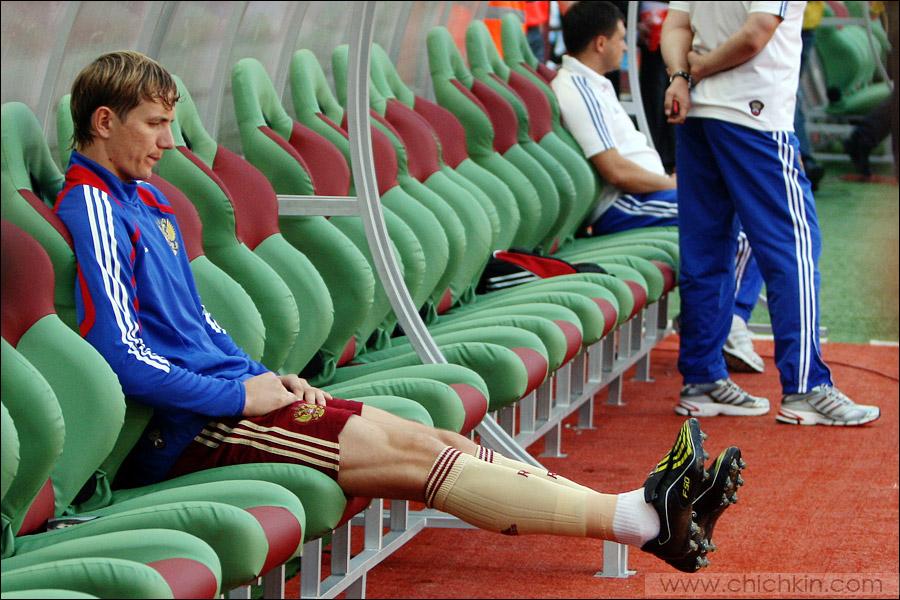 3) Рома Павлюченко не попал в стартовый состав и думал о чем-то своем