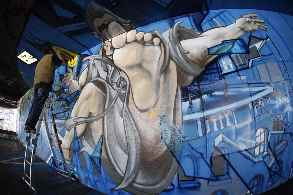 4. Художник-граффитчик, Чу, добавляет последние штрихи к своему трехмерному рисунку, на котором изображена сцена из фильма «Хранители» в парке для скейтбординга в Лондоне, 28 июля. (David Parry, PA Wire)