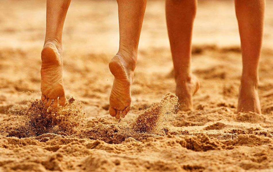 4. Песок под ногами игроков женской волейбольной команды во время матча в первом раунде между сборными Казахстана и Малайзии в Дохе, Катар. (Ryan Pierse, Getty Images for DAGOC)