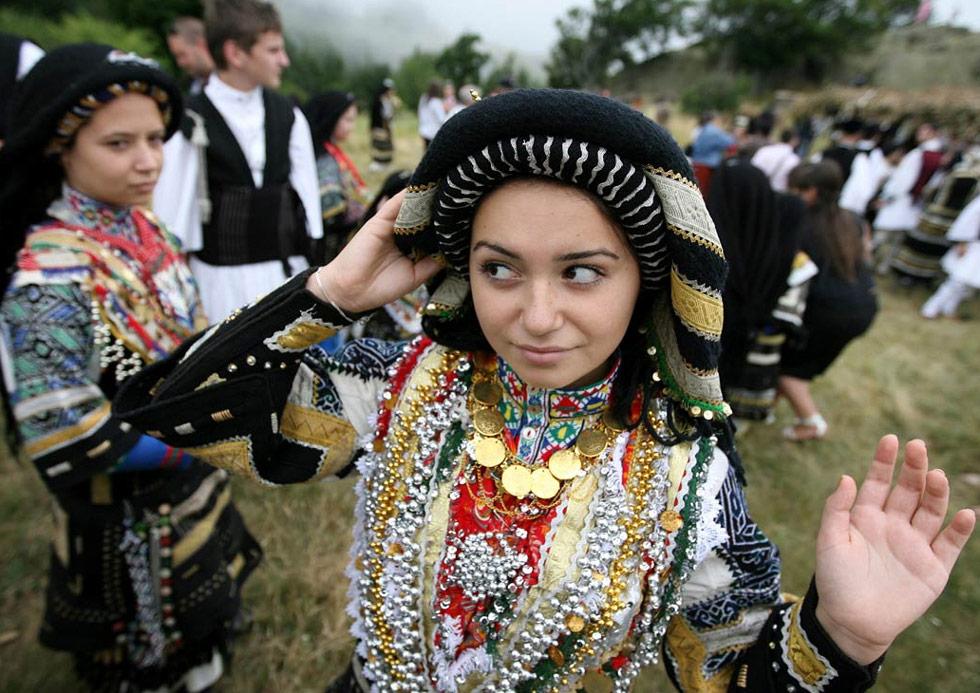 3) Каракачаны празднуют фестиваль в Сливене, Болгария, 12 июля. Каракачаны – малая этническая группа Болгарии и Греции, собирается каждый год для празднования традиционного для своей культуры фестиваля. (Petar Petrov/AP)