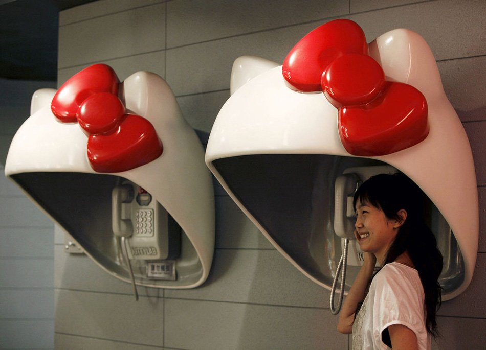 4. Посетительница позирует на выставке «Кити Лаб» в честь празднования 35 годовщины торговой марки «Hello Kitty» в Гонконге 12 августа. (Kin Cheung, AP)