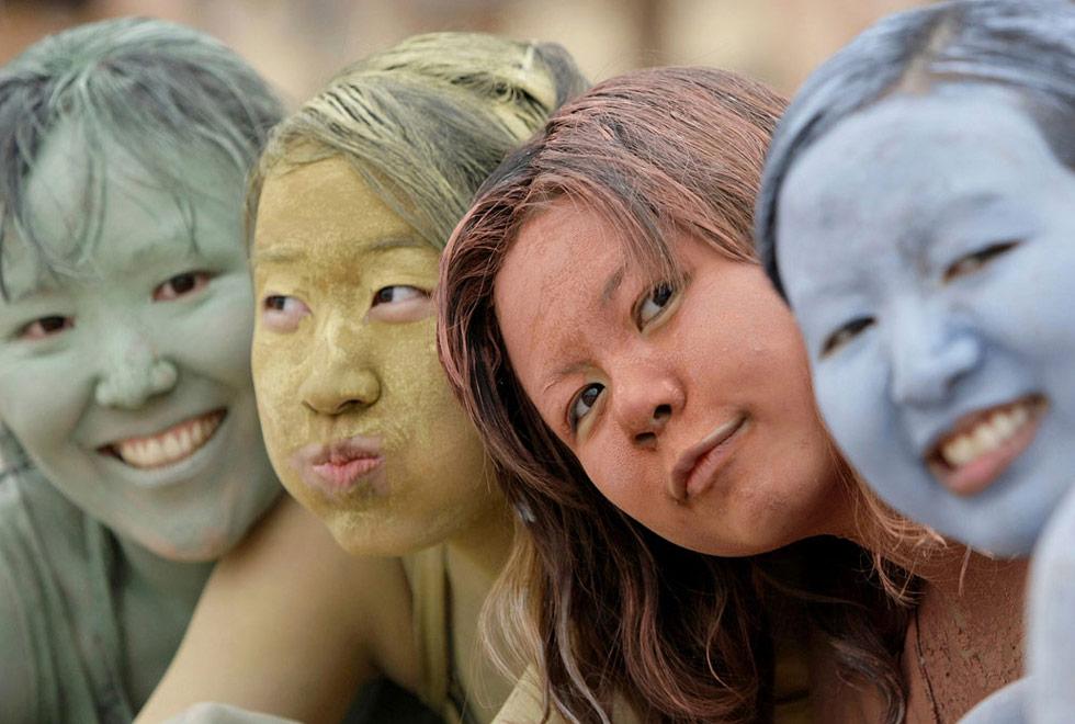 2) Туристки намазались цветной глиной во время Фестиваля Грязи в Порёнге, Южной Корее 11 июля.  (Lee Jin-man/AP)
