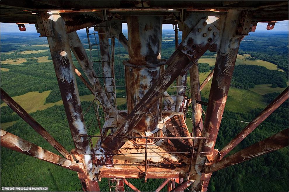 4) Площадка на 330 метрах. Чуть ниже начинается труба, которая ведет на самый вверх — на 350 метров.