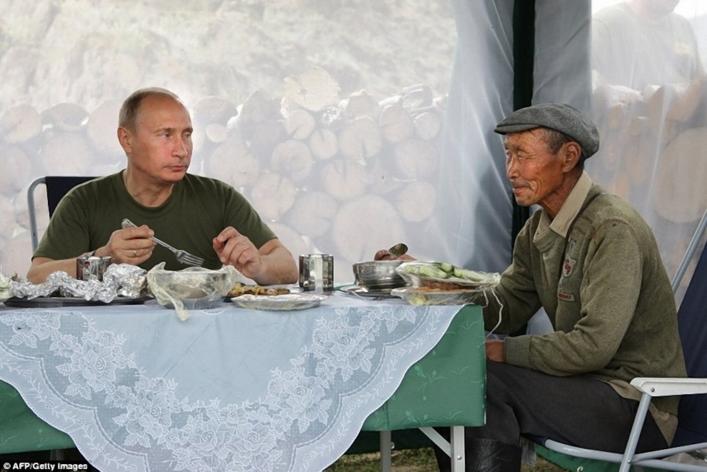 4) Путин пригласил чабана отобедать и попить чайку вместе. Тот, хоть и не особо понимал по-русски, но все же сообразил кто перед ним.