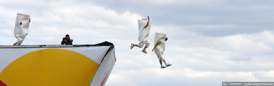 40) Если самолет летит под чьим-то знаменем, то на корпусе площадка для рекламы размером меньше 30*30 см.