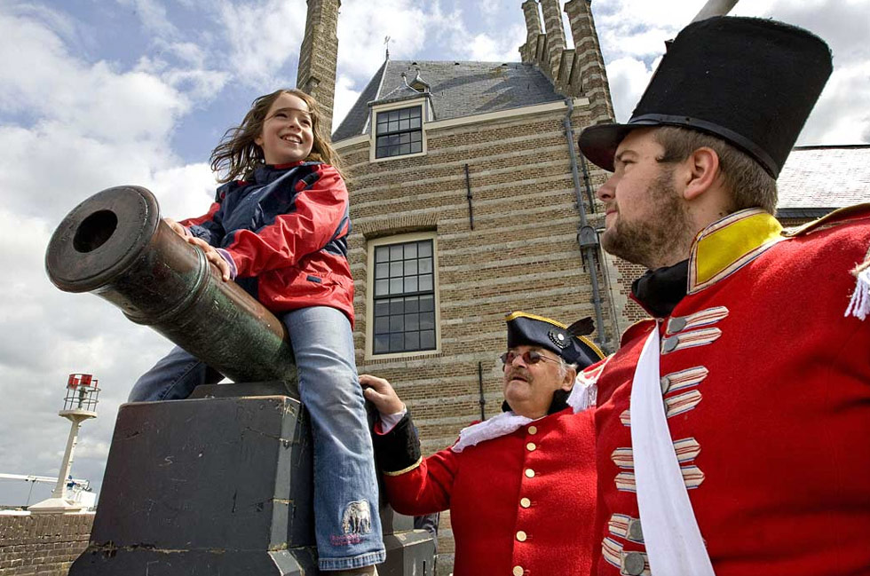 6) Датчане, одетые в форму британских солдат, разговаривают с маленькой девочкой, сидящей на пушке в Вире, Нидерланды, 10 июля. Жители острова Валхерен празднуют высадку британцев, которые в 1809 году создали здесь фронт против Наполеона. (Ed Oudenaarden/AFP /Getty Images)