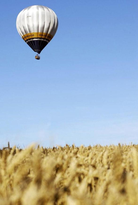 5. Воздушный шар – участник попытки установить мировой рекорд - парит над травой в Шамбле-Бюссири в восточной Франции. (Jean-Christophe Verhaegen, AFP /Getty Images)